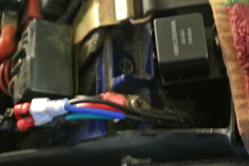 Å så här ser det ut under sadeln. Skulle reläerna gå lite för ofta är det dags att införskaffa en annan pump. Jag får se. I slutändan tog nog etanolen ut sin rätt på pumpen och sen fick jag ett relä med en diod i som inte höll för länge. Vanigt helljusrelä och kan nu byta ifall reläerna är olika. Byter plats på kabel 30 och 86 allt beroende på vad som finns hemma.